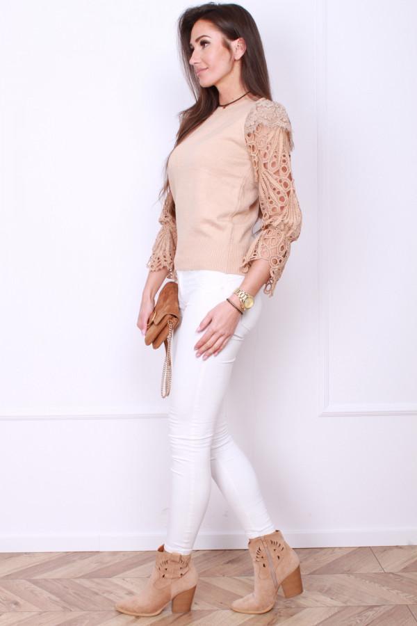 Sweter z haftowanymi rękawami 1