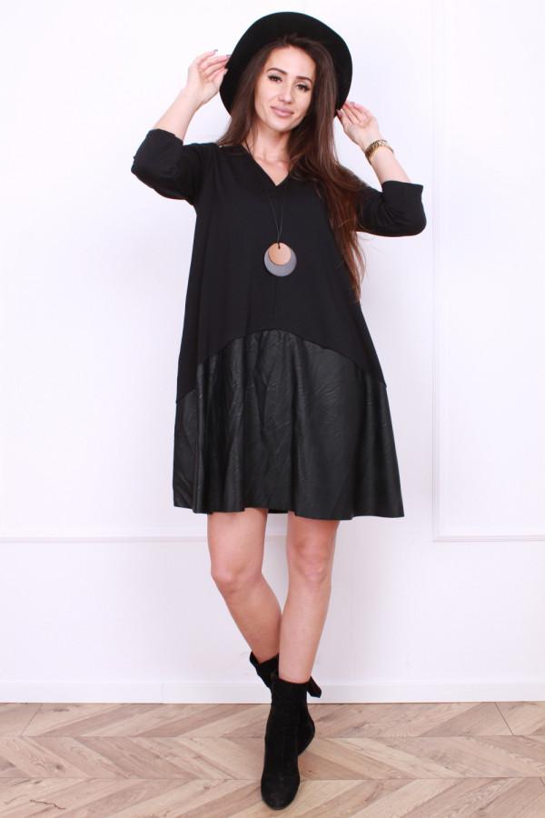 Sukienka czarna z wisiorkiem